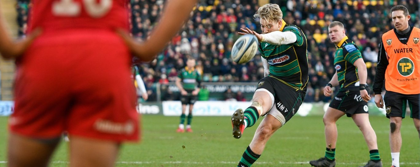 Harry Mallinder kicks a penalty