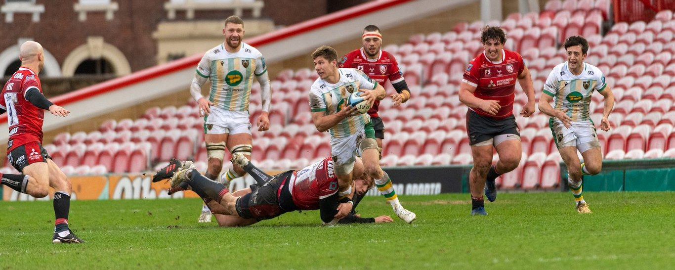 Piers Francis takes on Gloucester's defence